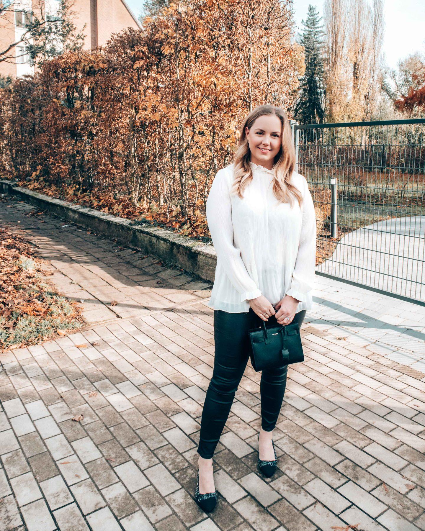 blouse plissée blanche et jeans enduit noir